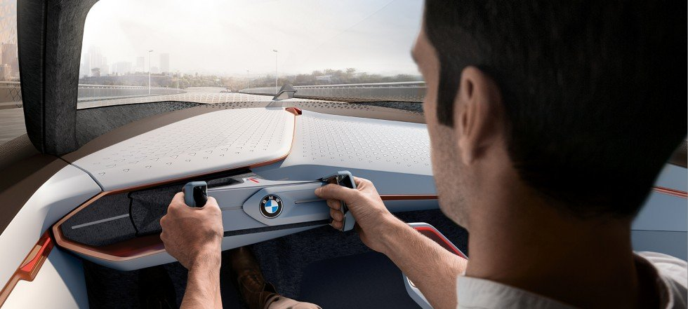 водитель BMW Vision Next 100
